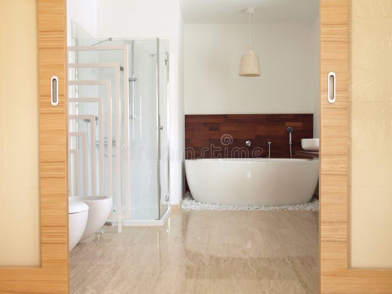 Cuarto de baño de la habitación del En con el baño derecho libre fotografía de archivo libre de regalías