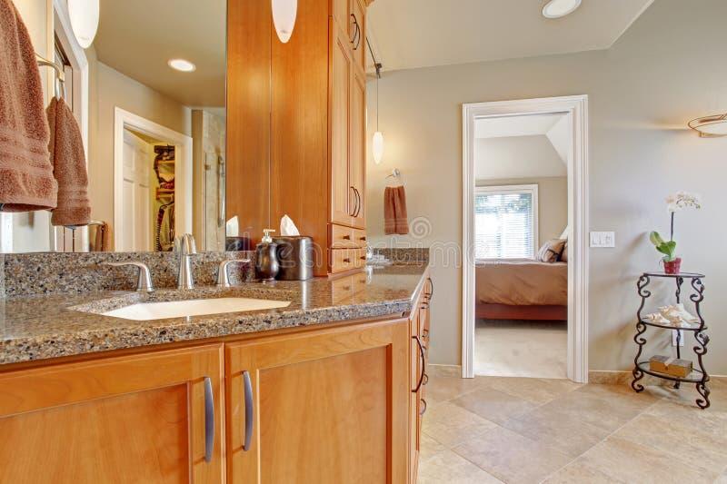 Cuarto de baño de lujo con los tops grandes de la combinación y del granito del almacenamiento imagen de archivo
