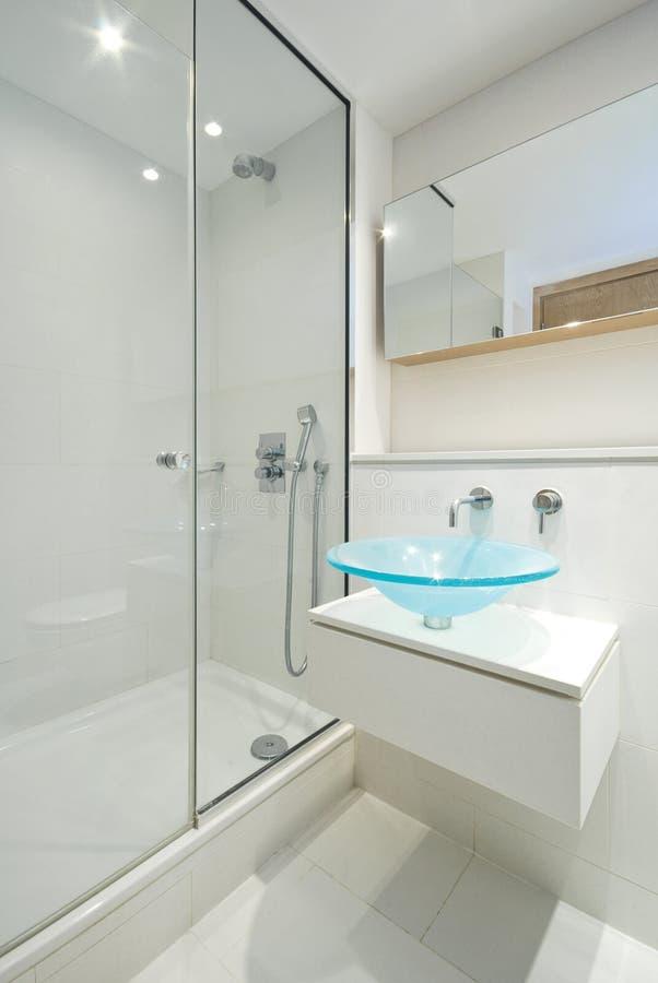 Cuarto de baño de lujo de la en-habitación fotografía de archivo