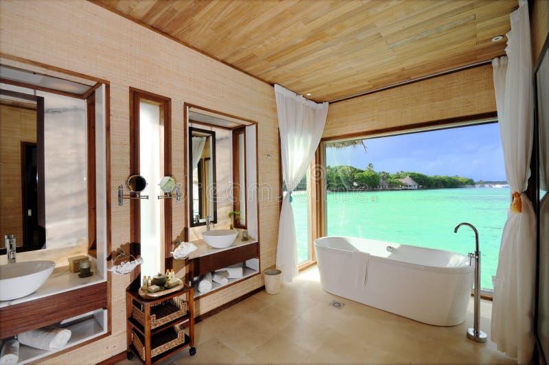 Cuarto de baño de lujo del chalet del agua foto de archivo