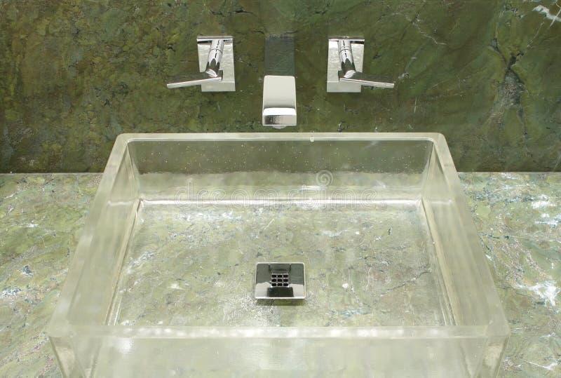Cuarto de baño de lujo diseñado en estilo moderno imágenes de archivo libres de regalías