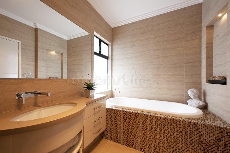 Cuarto de baño de lujo en hogar moderno imagen de archivo