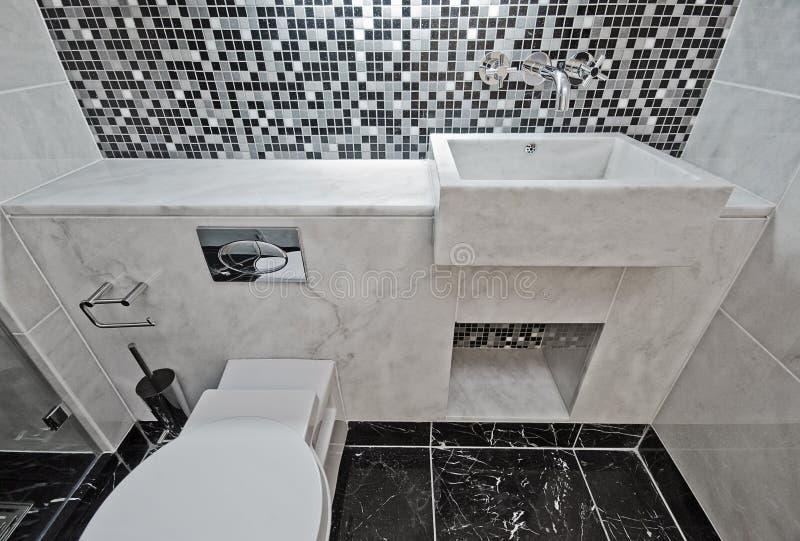 Cuarto de baño de mármol con los azulejos de mosaico imagen de archivo