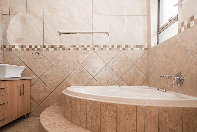 Cuarto de baño de una nueva casa fotografía de archivo