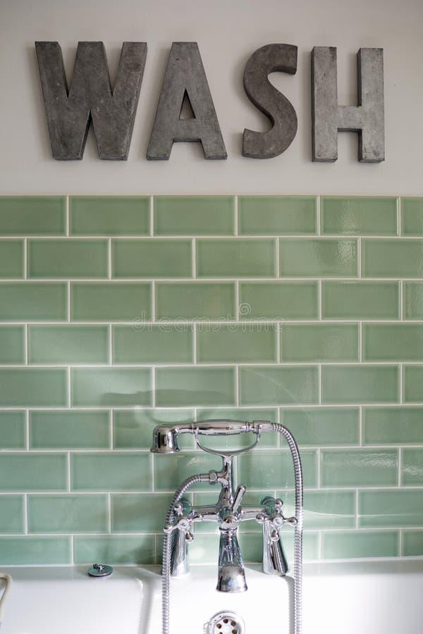 Cuarto de baño del domicilio familiar contemporáneo fotografía de archivo
