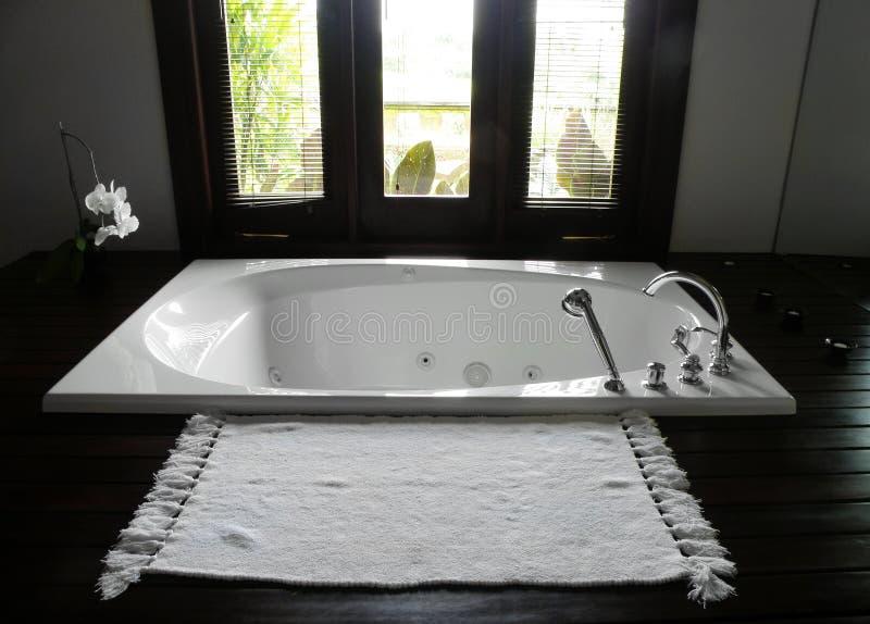 Cuarto de baño del hotel de centro turístico de lujo imagen de archivo