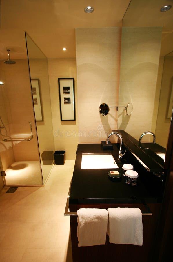 Cuarto de baño del nuevo hotel de lujo foto de archivo libre de regalías