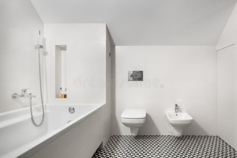 Cuarto de baño elegante blanco con la bañera imagenes de archivo