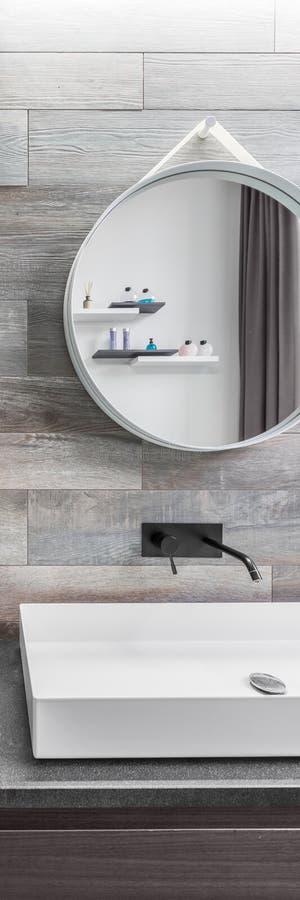 Cuarto de baño elegante con el espejo redondo fotografía de archivo libre de regalías