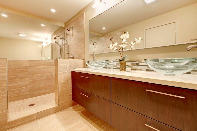 Cuarto de baño elegante con los fregaderos de cristal del buque fotos de archivo libres de regalías