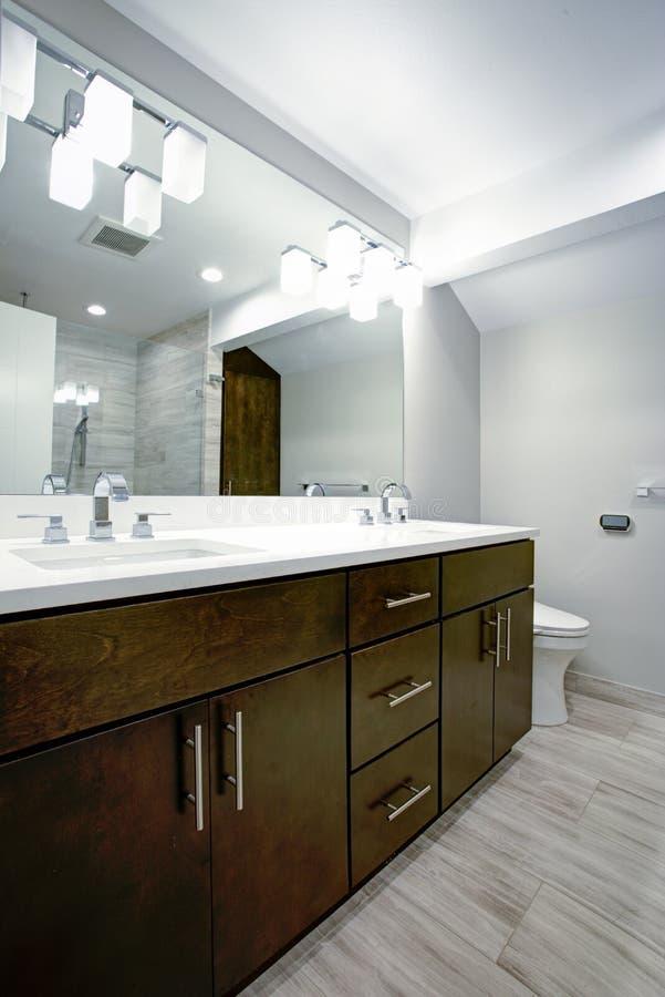 Cuarto de baño elegante con vanidad del doble del café express imagenes de archivo