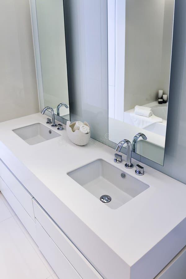 Cuarto de baño elegante del diseño con los espejos grandes fotografía de archivo libre de regalías