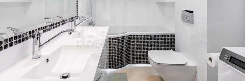Cuarto de baño elegante y moderno, panorama foto de archivo libre de regalías