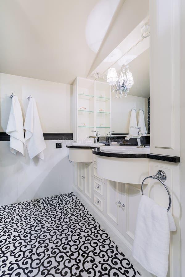 Cuarto de baño en casa barroca fotos de archivo libres de regalías