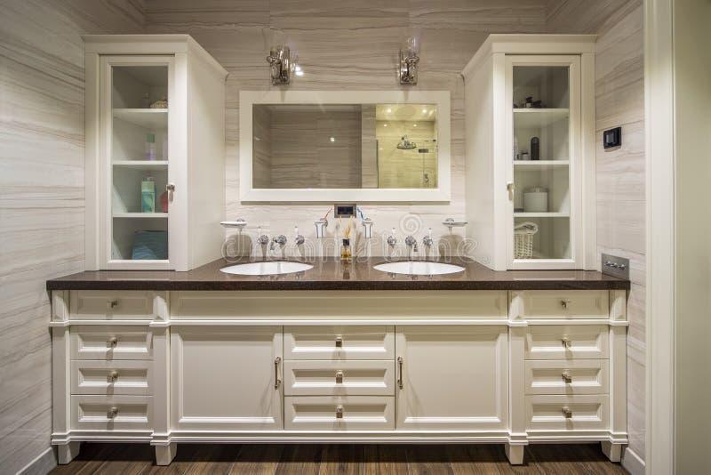 Cuarto de baño en cuarto de baño clásico de style fotos de archivo