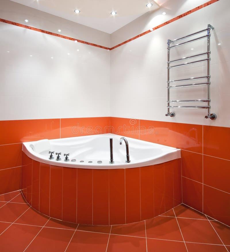 Cuarto de baño en colores anaranjados y blancos imagen de archivo libre de regalías