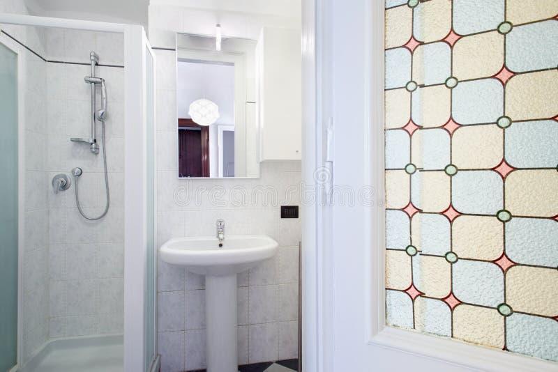Cuarto de baño en el pequeño apartamento fotografía de archivo