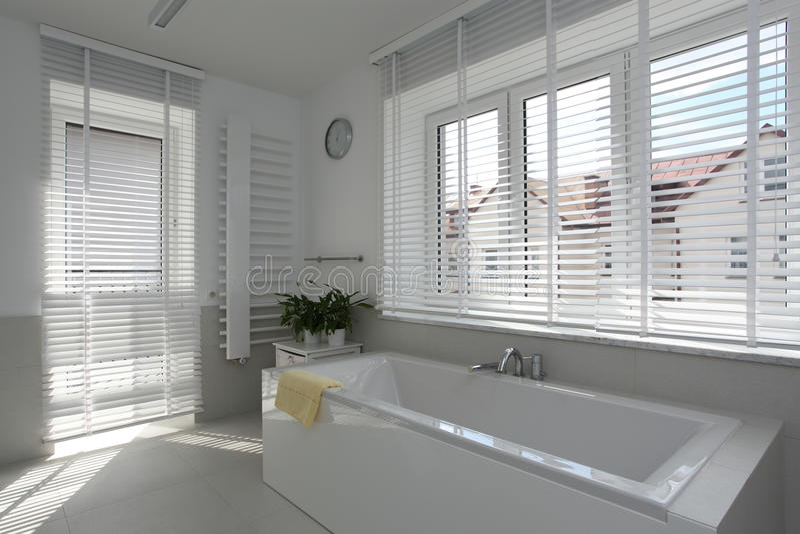 Cuarto de baño espacioso fotos de archivo libres de regalías