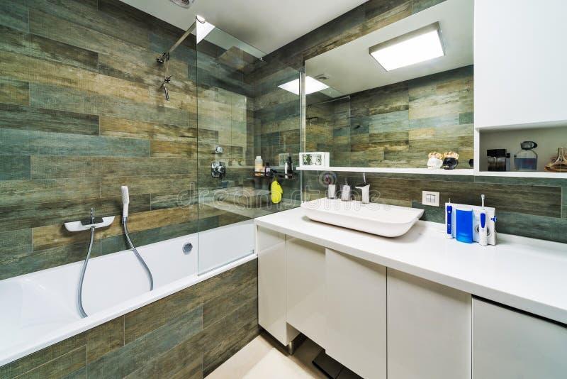 Cuarto de baño grande en hogar de lujo fotos de archivo