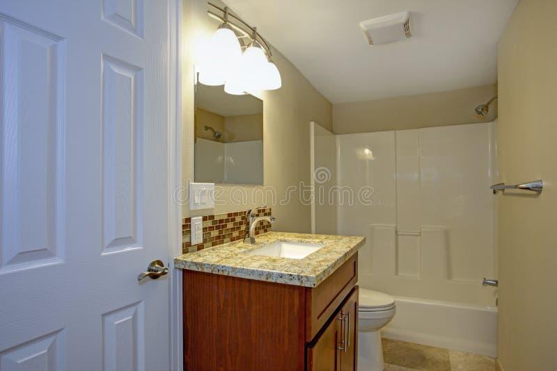 Cuarto de baño imponente con el backsplash de la teja de mosaico imagenes de archivo