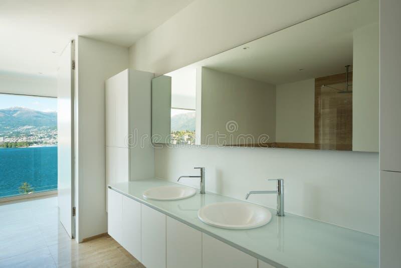 cuarto de baño interior, moderno fotografía de archivo libre de regalías