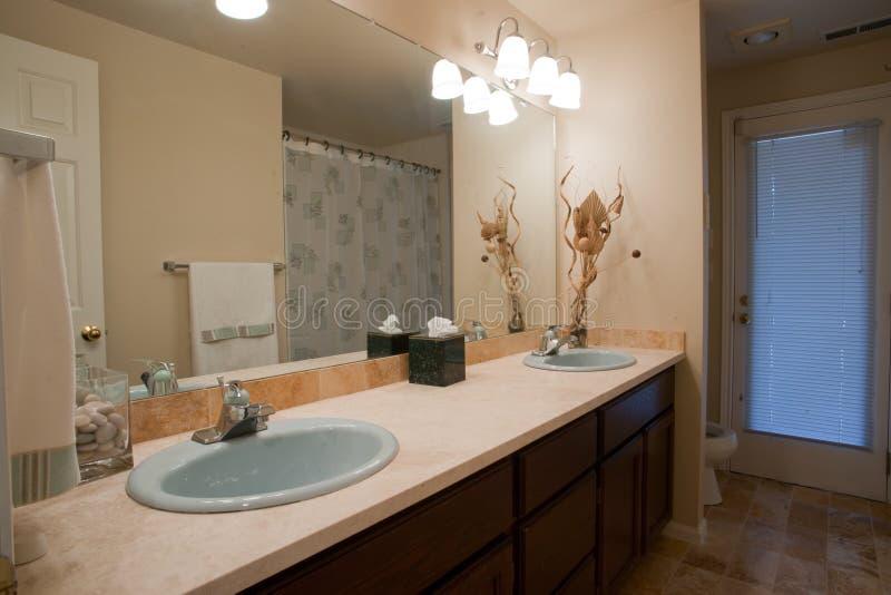 Cuarto de baño lujoso con el espejo grande imágenes de archivo libres de regalías