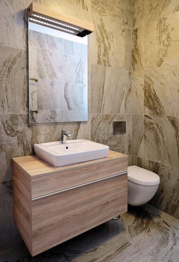 Cuarto de baño de mármol elegante del chalet de lujo foto de archivo libre de regalías
