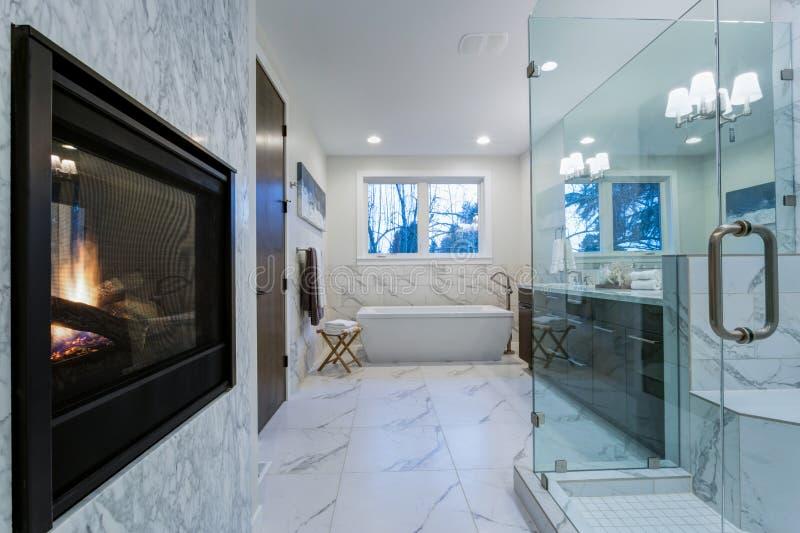 Cuarto de baño de mármol increíble con la chimenea fotos de archivo libres de regalías