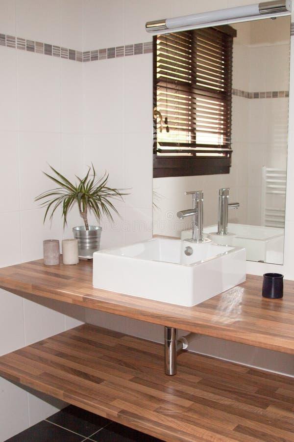 Cuarto de baño de madera moderno foto de archivo