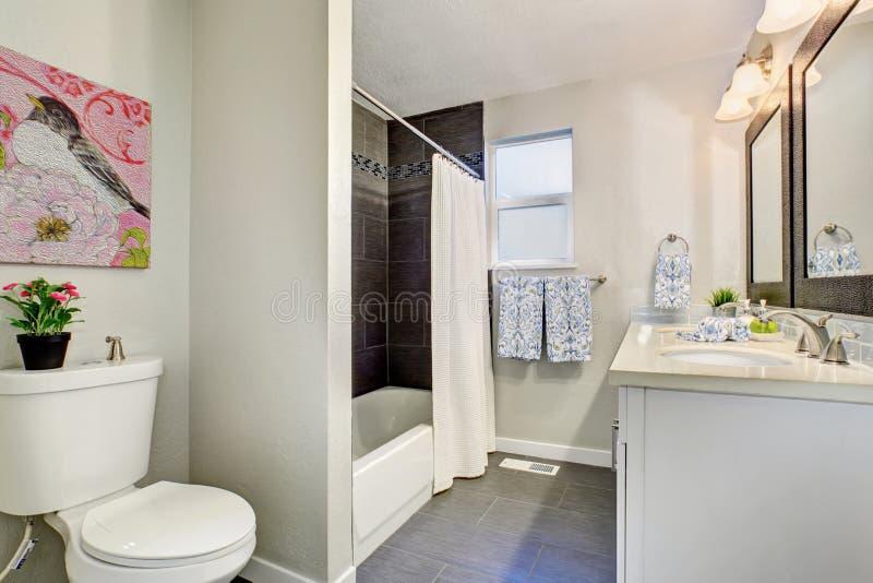 Cuarto De Baño Modernizado Con El Suelo De Baldosas Foto de archivo ...