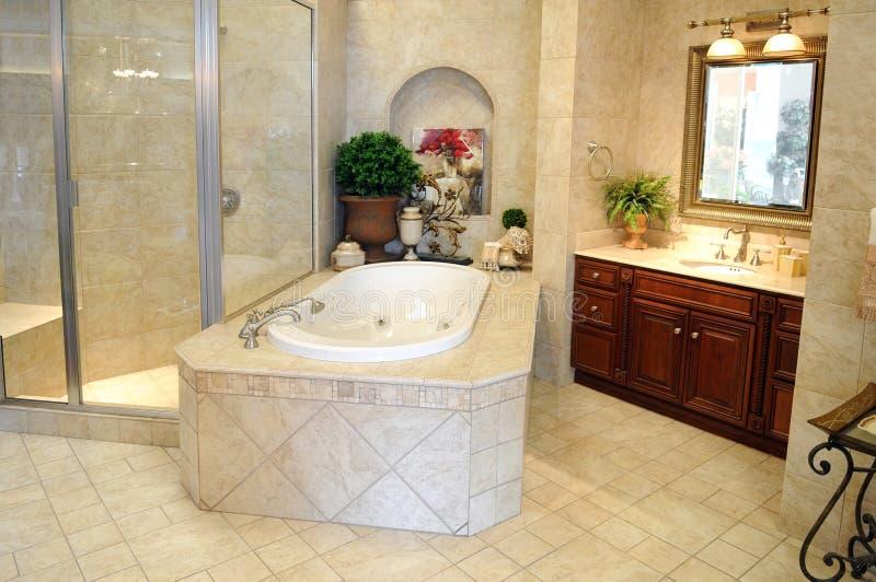 Cuarto de baño moderno foto de archivo. Imagen de crema ...