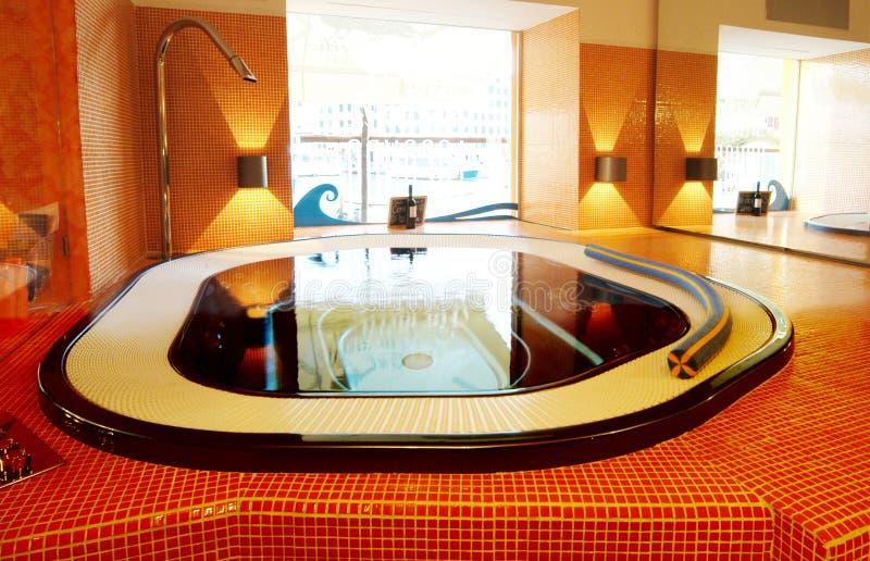 Cuarto de baño moderno con el espejo y la iluminación fotos de archivo libres de regalías