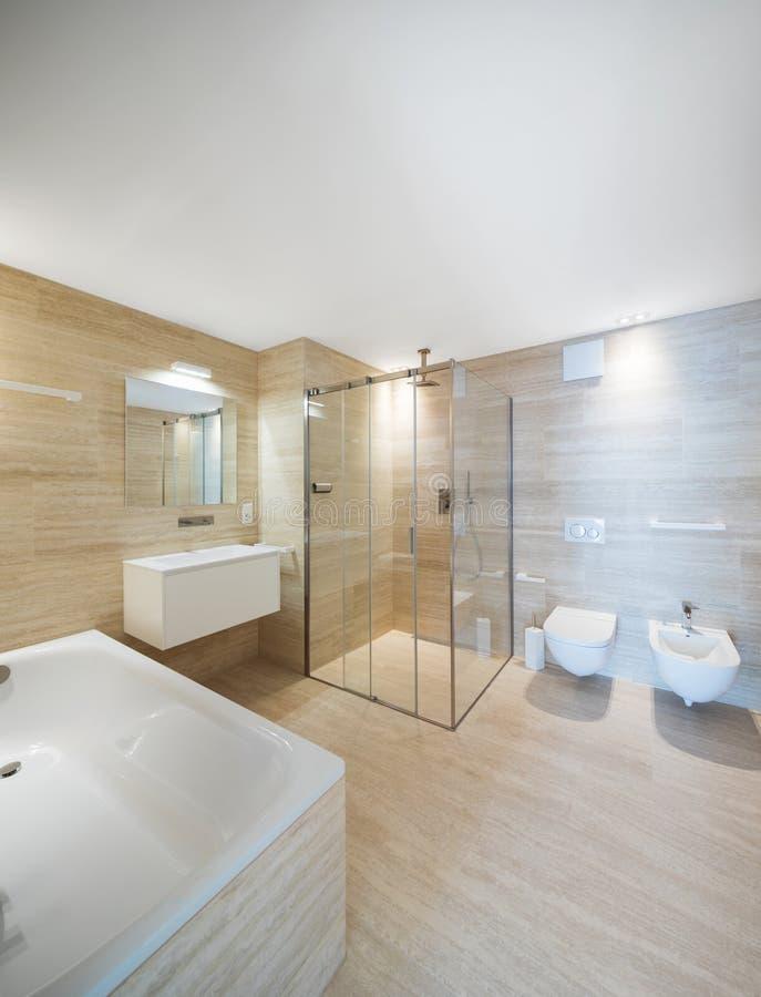 Cuarto de baño moderno con el mármol ligero i imagen de archivo