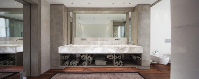 Cuarto de baño moderno con el mármol y el entarimado, nadie fotografía de archivo libre de regalías
