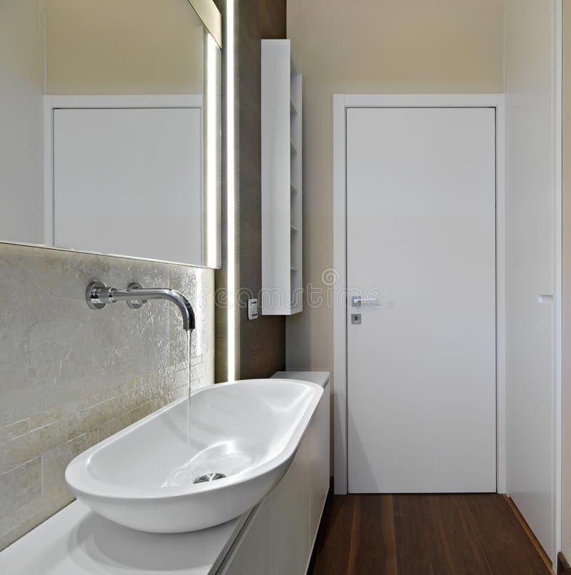 Cuarto de baño moderno con el suelo de madera imagenes de archivo