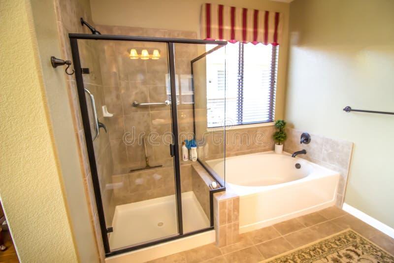 Cuarto De Baño Moderno Con La Ducha Y La Tina Foto de ...