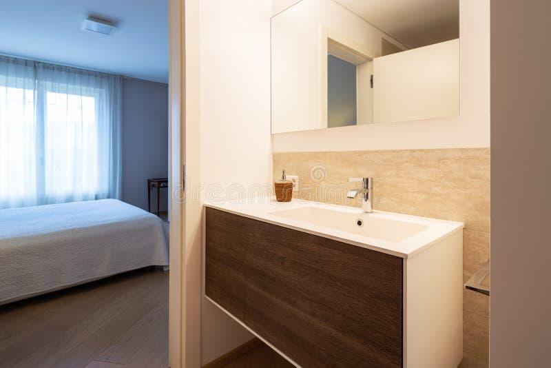 Cuarto de baño moderno con los finales de madera y de mármol imagen de archivo libre de regalías