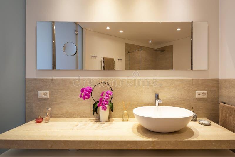 Cuarto de baño moderno con los finales de madera y de mármol imágenes de archivo libres de regalías