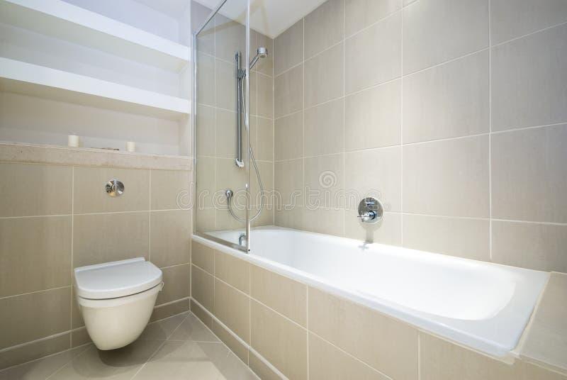 Cuarto de baño moderno de la en-habitación fotografía de archivo