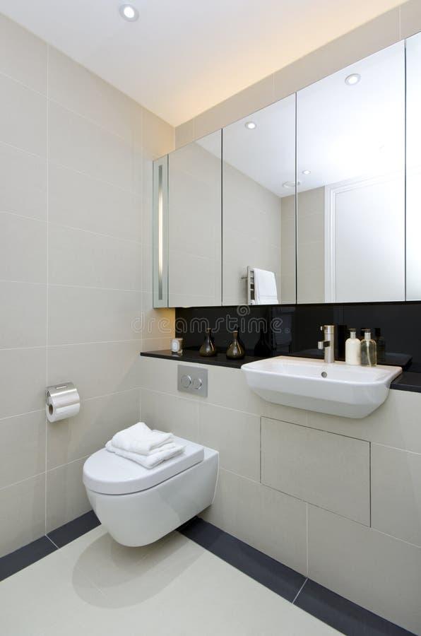 Cuarto de baño moderno de la en-habitación en beige fotos de archivo