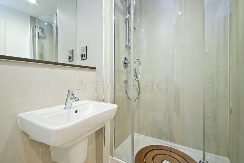 Cuarto de baño moderno de la habitación del en imagen de archivo
