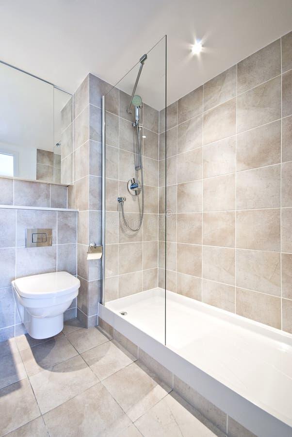 Cuarto de baño moderno de la habitación del en con la ducha grande imagen de archivo libre de regalías