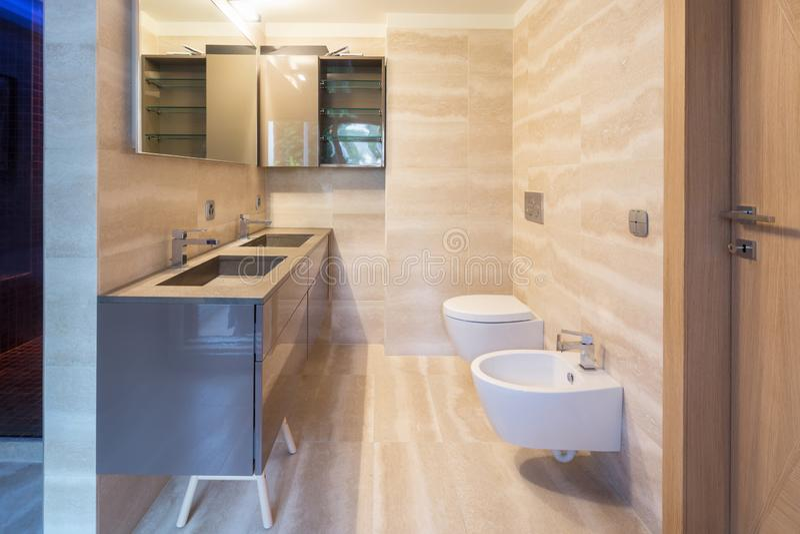 Cuarto de baño moderno del apartamento con finales finos fotografía de archivo