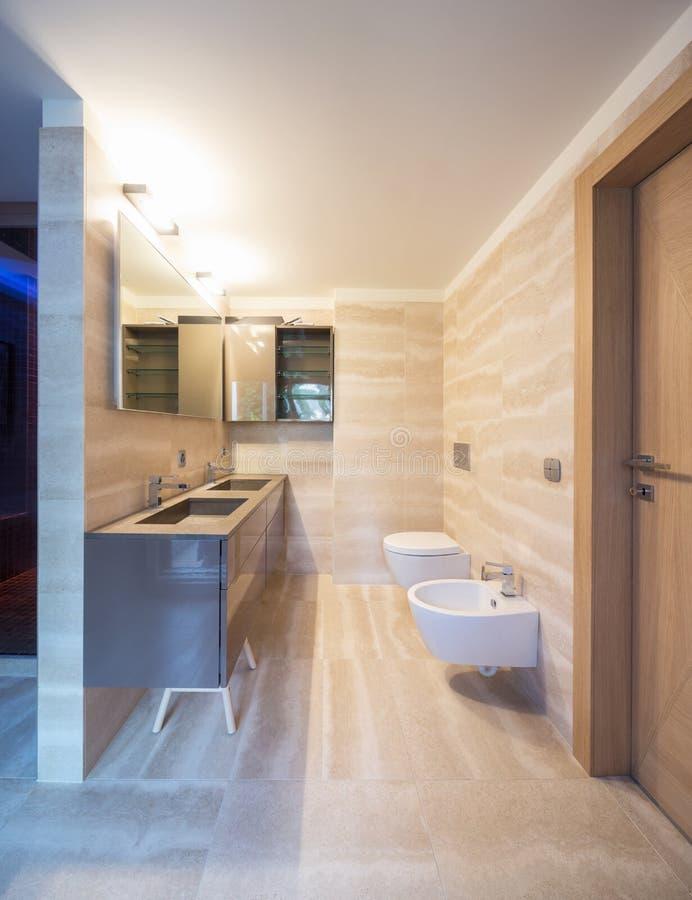 Cuarto de baño moderno del apartamento con finales finos foto de archivo