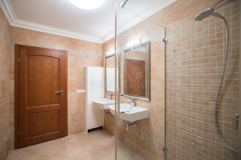 Cuarto de baño moderno del estilo fotos de archivo
