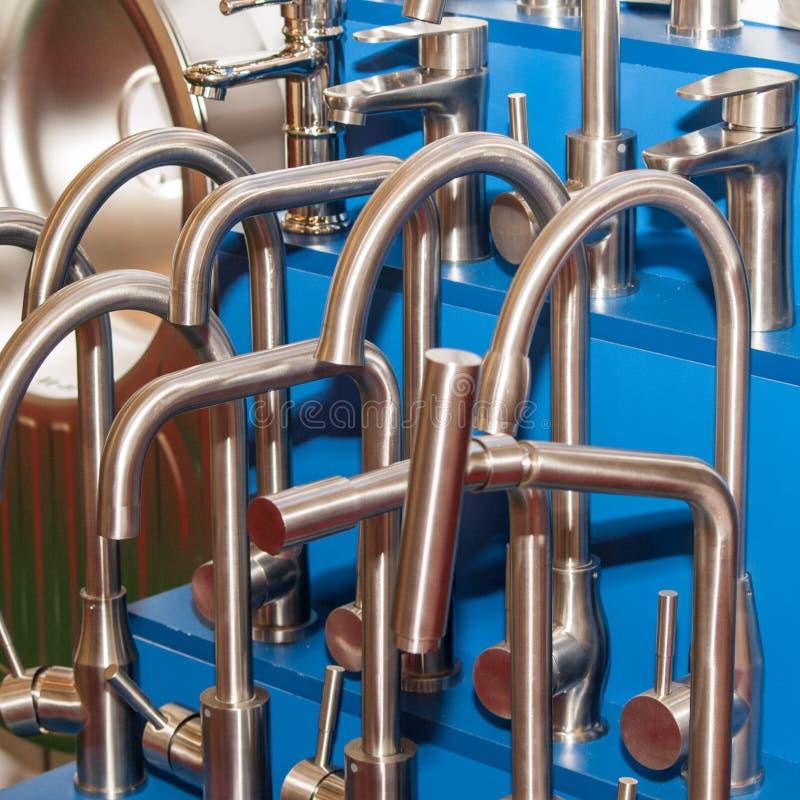 Cuarto de baño moderno del grifo Agua caliente fría del mezclador Golpecito de la cocina Front View foto de archivo