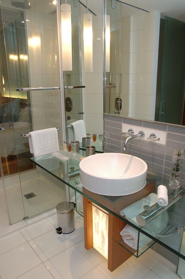 Cuarto de baño moderno del hotel foto de archivo