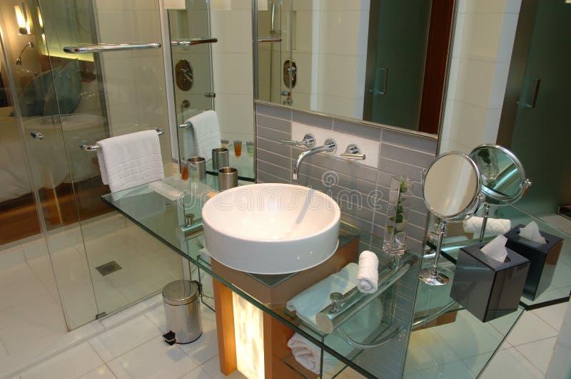 Cuarto de baño moderno del hotel fotos de archivo