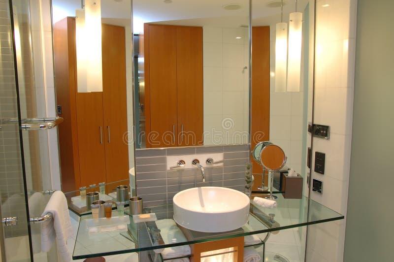 Cuarto de baño moderno del hotel imagen de archivo libre de regalías