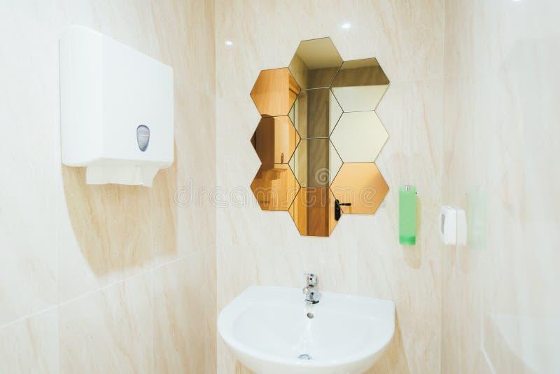 Cuarto de baño moderno en un gimnasio fotos de archivo
